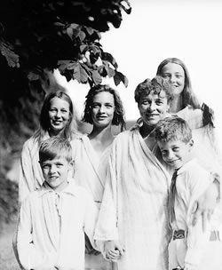 Renée et ses deux fils Hasi (à gauche) et Freddy, ses deux filles, Suzanne et Anne Marie et, extrême gauche, sa nièce Lena Gunda, prise le 7 Juillet 1921 à Mariafeld