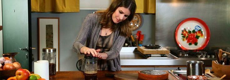 Rita Lobo desvenda a ciência por trás de cada passo do preparo do classico bolo de cenoura com cobertura crocante de chocolate. E para completar o café da tarde, ainda prepara biscoitos amentegados e um delicioso café moído na hora.