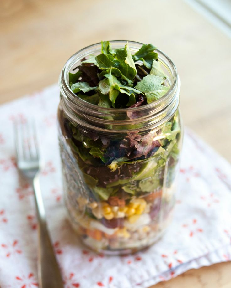 How to Pack the Perfect Salad in a Mason Jar. Love this idea for fresh salads all week!