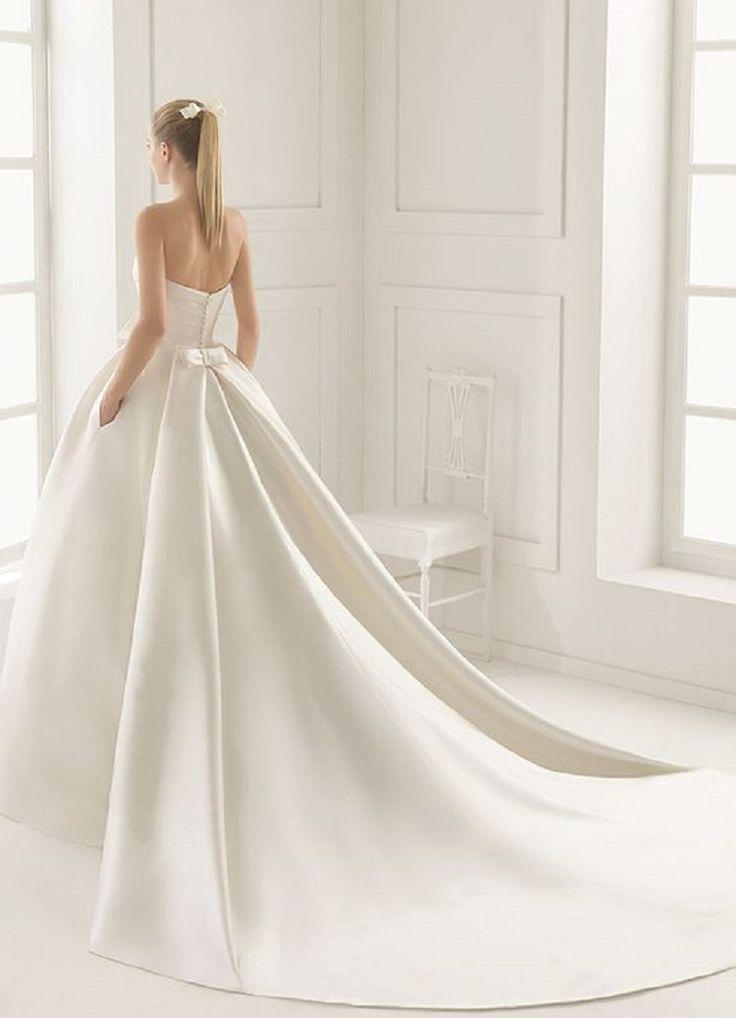 Valószínűleg minden menyasszony nagy álma, hogy a nagy napon egy kifogástalan, tökéletes menyasszonyi ruhában jelenjen meg. Most a bidista.com szerkesztősége jóvoltából megosztunk pár esküvői ruhakölteményt, melyet híres ruhatervezők álmodtak meg, így bárki betekintést nyerhet, melyek lesznek a 2017-es év legszebb, legdivatosabb menyasszonyi ruhái. Reméljük, hogy ebből a lenyűgöző összeállításból már[...]