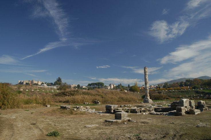 Aynı zamanda Diana Tapınağı olarak da bilinir. Tanrıça Artemis'e ithaf edilmiş tapınak Efes'te Milattan önce 550 yıllarında tamamlanmıştır. Tapınak tamamen mermerden inşa edilmiştir. Dünyanın yedi harikasından biri sayılan tapınaktan geriye bugün sadece bir iki mermer parçası kalmıştır. Türkiye'deki antik kent Selçuk İzmir'de bulunmaktadır.