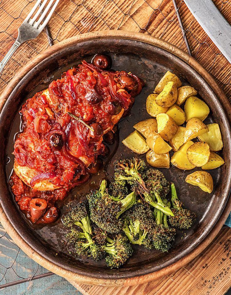 Step by Step Rezept: Hähnchenbrust in Oliven-Tomaten-Soße mit gedämpftem Brokkoli und Kartoffelecken  Kochen / Essen / Ernährung / Lecker / Kochbox / Zutaten / Gesund / Schnell / Frühling / Einfach / DIY / Küche / Gericht / Blog / Leicht / selber machen / backen  / Kalorienarm / Geflügel / 30 Minuten  #hellofreshde #kochen #essen #zubereiten #zutaten #diy #rezept #kochbox #ernährung #lecker #gesund #leicht #schnell #frühling #einfach #küche #gericht #trend #blog #selbermachen #backen…