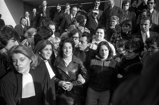 22 novembre 1972. Le procès de Bobigny. Pour la première fois, une jeune fille qui a pratiqué un  avortement  n'est pas condamnée. C'est l'avocate  Gisèle Halimi (à gauche), qui défend la jeune femme. Marie-Claire était enceinte suite à un viol, elle est relaxée, mais sa mère est condamnée à 500 francs d'amende pour complicité d'avortement, et l'avorteuse, à un an de prison avec sursis. Simone de Beauvoir a assisté à ce procès en qualité de témoin. Michel Rocard, également,