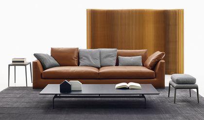 Un canapé design en cuir brun