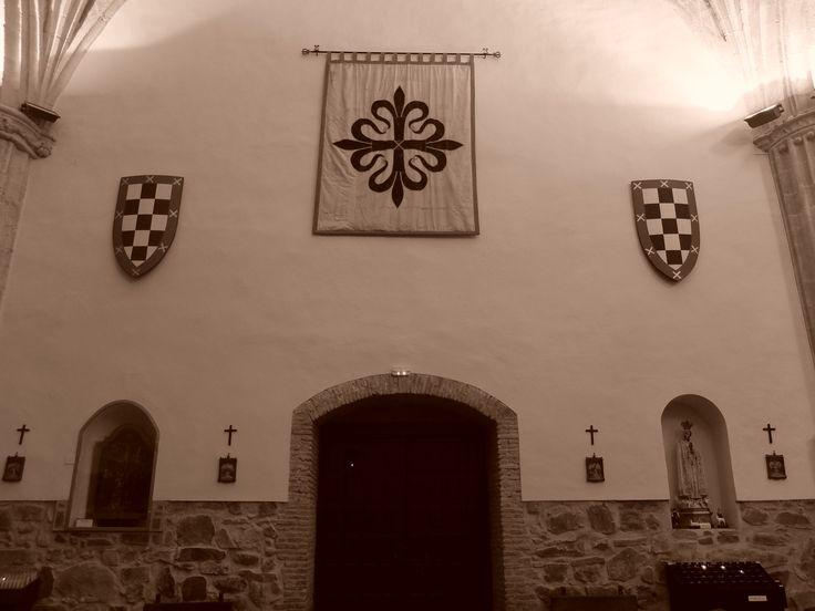 Iglesia. Pies de la nave. Fanales con los escudos de Santa Cruz y de la orden de Calatrava