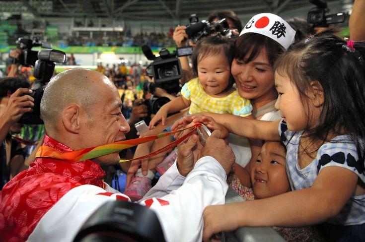 柔道(視覚障害)男子60キロ級で銀メダルを獲得し、家族にメダルを見せる広瀬誠=金川雄策撮影 #リオ五輪 #パラリンピック