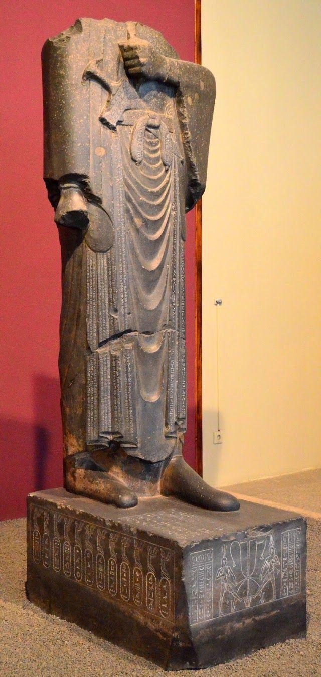 Estatua de Darío I Escultura egipcia, grauvaca (una roca parecida al granito, obtenida en las canteras de Wadi Hammamat del Alto Egipto.)