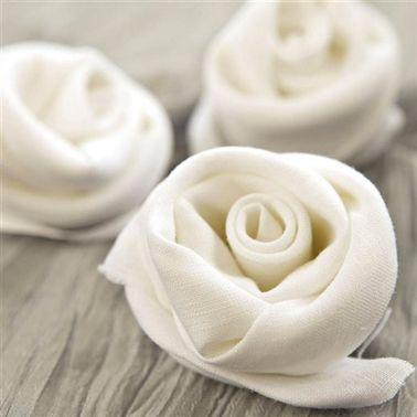 Pliage de serviette facile à réaliser : Rouler une serviette blanche en boudin puis enrouler la serviette en spirale