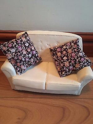"SINDY Vintage 9x5"" White SETTEE (Pedigree) 60s/70s +2 Large Cushions  