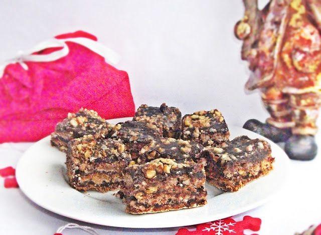 Pentru Craciun nu mai aveti cum s-o faceti, dar macar pentru an nou, orice week-end sau pofta de dulce, v-o recomand din suflet. 3 foi de bezea aromate cu nuca, crema de ciocolata si-un strat super...