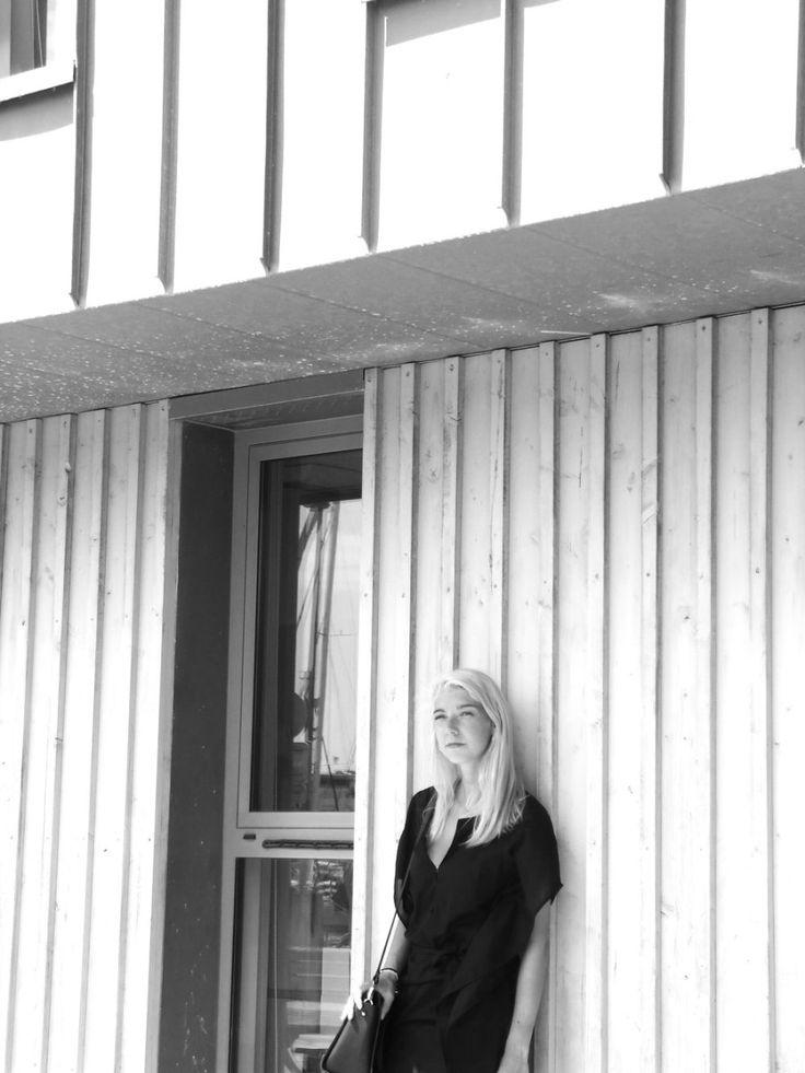 Robe & Other Stories Photo en noir et blanc Cheveux blancs https://bleu-de-minuit.com/2016/07/31/la-photographie-en-noir-et-blanc-est-celle-qui-raconte-des-aventures-en-couleur/