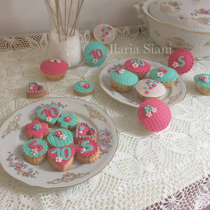 """Biscotti e cupcakes sui toni verde Tiffany e fucsia 🌸 #instafood #ilas #ilassweetness #biscotti #cupcakes #cakedesign #pastadizucchero #sugarpaste #festa #compleanno #happybirthday #birthdayparty  Per info e richieste contattami qui  www.facebook.com/ilascake  e se ti va metti """"mi piace"""" alla mia pagina 👍🏻"""