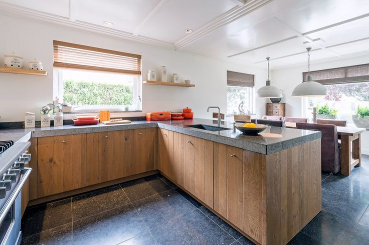 Slegers Natuursteen Keuken en Bad. Landelijke keuken in de omgeving van Utrecht. Met Belgisch hardstenen vloer en keukenblad. De zijkanten zijn gefrijnd en de massieve spoelbak, eveneens van Belgisch hardsteen, is uit 1 stuk steen gemaakt.