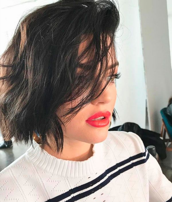 Lucy Hale com messy hair.