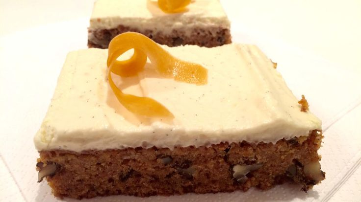 Dette er kanskje verdens beste gulrotkake. Saftig, knasende og dekket med deilig mascarponekrem med et hint av syrlig lime.     Kaken passer like bra til kaffen som på kakebordet i barnebursdag.