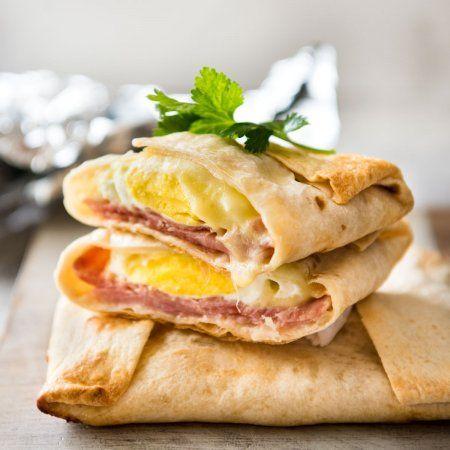 Geen Washing Up Ham Egg Cheese Zakken - Place ham op een wikkel / tortilla, top met een ring van geraspte kaas, barst een ei in, wrap met folie en bak.  Voila!  Een warm ontbijt zak!  www.recipetineats.com