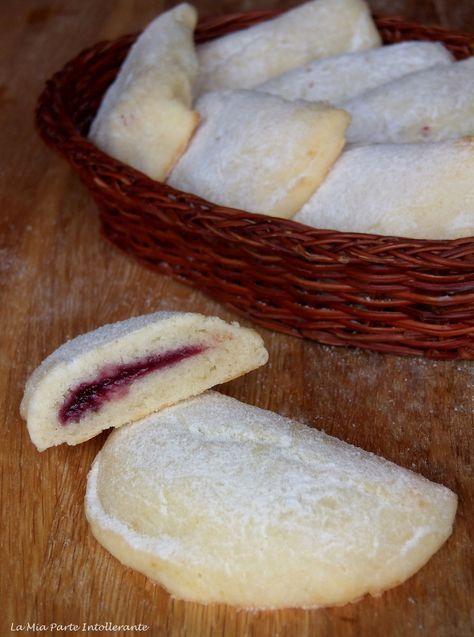 Biscotti morbidi con ricotta, senza glutine, lattosio e uova, farciti con marmellata di more. Facili, veloci e perfetti per le merende dei bambini!