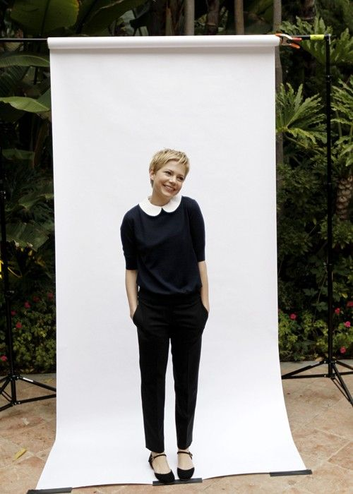 pretty lovelyPixie Haircuts, Shorts Hair, Peter Pan Collars, Style Icons, Black White, Michellewilliams, Michelle Williams, Michele Williams, Pixie Cut