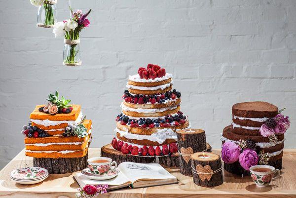 Семейство голых тортов. Торты украшены вкусными фруктами и красивыми цветами