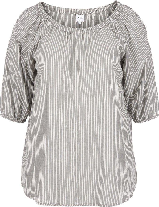 Stripete bluse med 3/4-ermer fra Zizzi. Blusen er laget av 100 % bomull og har strikk i utringningen. A-formen fremhever brystet og faller løsere nedover kroppen derifra. Dra strikken i utringningen over skuldrene og bruk blusen off shoulder for en moderne sommerlook. Dekk stroppene fra BH'en ved å ha på en basistopp under.