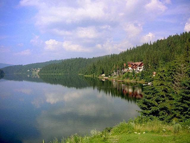 Cabana IRIS este situata in Parcul Natural Muntii Apuseni (1100 m) pe malul Lacului Fantanele-Belis.