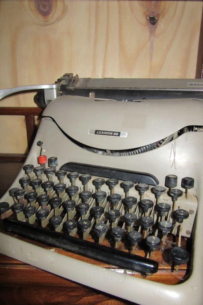 Machine à écrire. www.auvieuxchaudron.fr