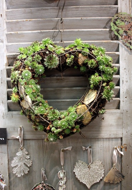 I would like to make this in a circle or square. Love the use of rocks and being able to see the frame.
