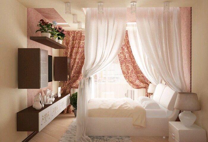 Кровать с балдахином. Подвесные полки по сторонам от ТВ