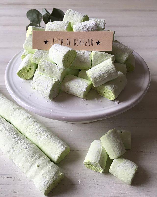 Leçon de bOnheur pour des guimauves, il vous faut : 3 blancs d'oeufs, 250 de sucre, 80g d'eau, arôme (fleur d'oranger, guimauve, violette ...) ou un sirop, le colorant, 6 feuilles de gélatine. Faites tremper la gélatine dans de l'eau froide. Dans une casserole mettre le sucre, l'eau, l'arôme, et le colorant, portez à ébullition, surtout ne mélangez plus, et cuire à 130 degré en vérifiant avec une thermo sonde. ( petite astuce si vous n'avez pas de Thermo sonde : le sirop doit former de…