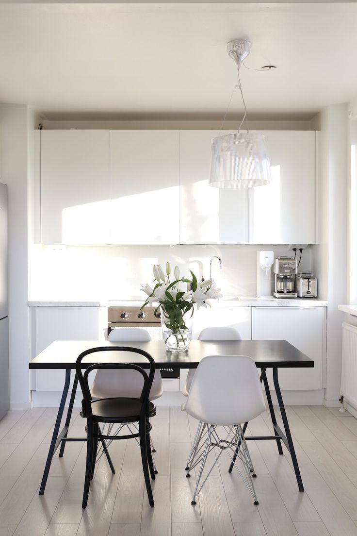 Homevialaura | Scandinavian white kitchen | marble countertop | Eames DSR | TON Chair 14 | Kartell Gé
