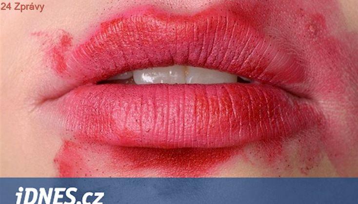 Jako po vášnivém polibku. Rozmazaná rtěnka jako nový beauty trend?