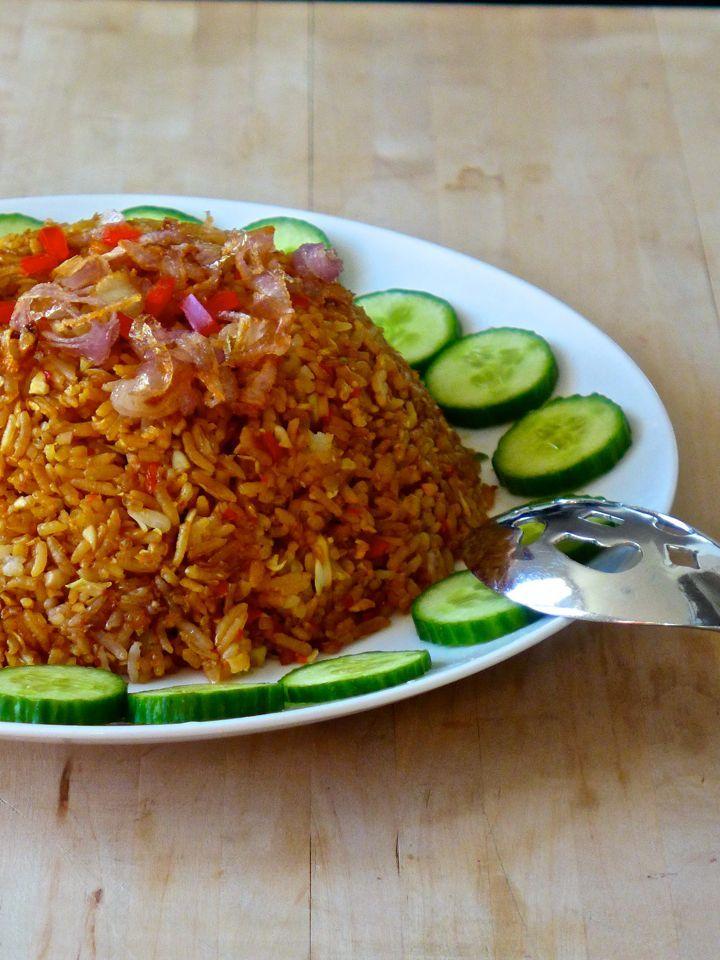 Nasi Goreng (riz frit en indonésien) doit inclure des ingrédients clés comme le kecap manis, le belacan ou terasi (pâte de crevettes), les échalotes et l'ail)