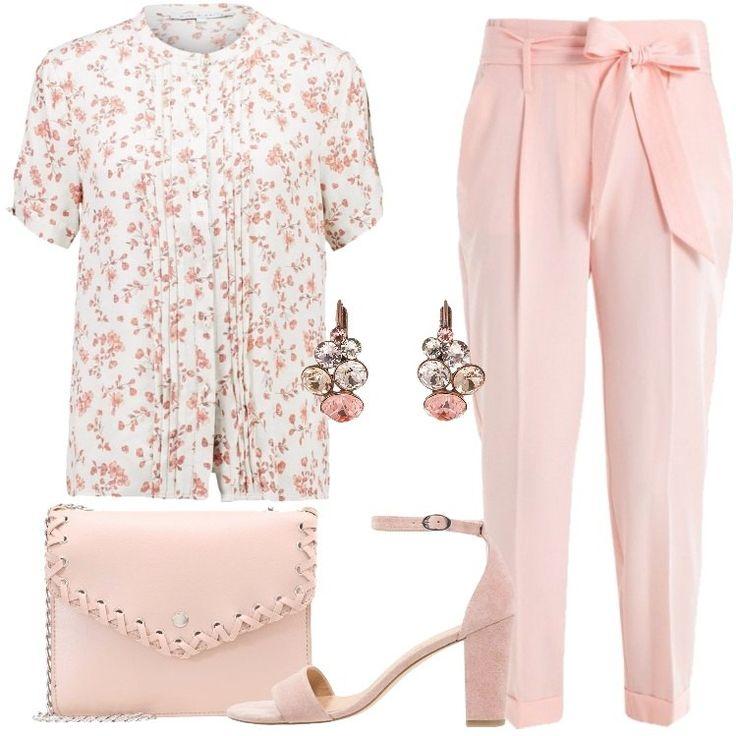 L'outfit è composto da una camicetta a maniche corte, con colletto alla coreana, un pantalone a vita alta, un paio di tacchi rosa scamosciati e da una borsa a tracolla in finta pelle.