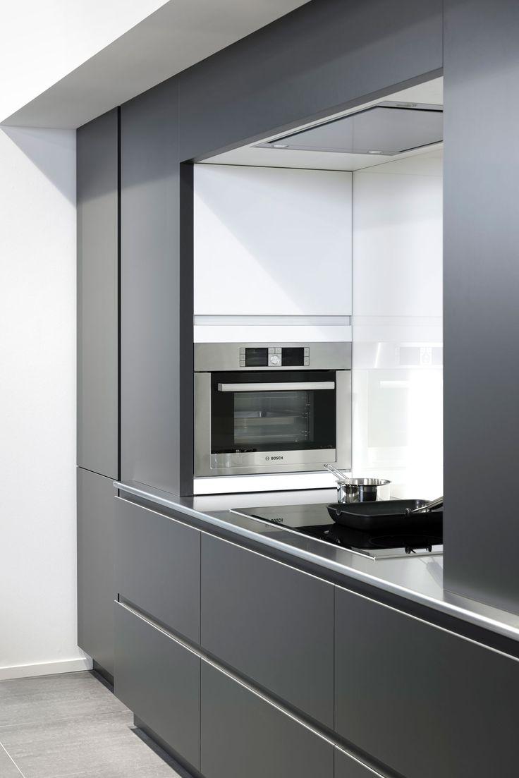 Met zijn donkere lak, greeploos design en geintegreerde inbouwapparatuur staat Bione in het middelpunt van de belangstelling. Rust en luxe zijn de eerst woorden die bij u opkomen als u naar deze prachtige keuken met kookeiland kijkt.