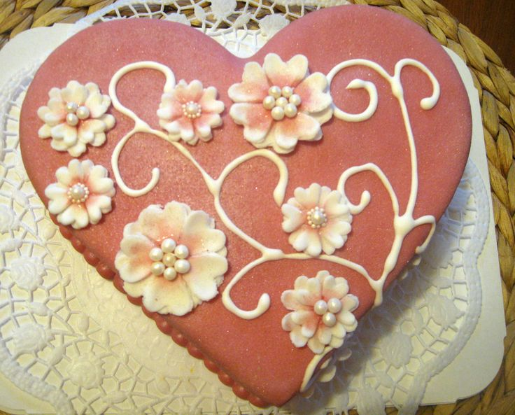 Růžový perleťový dort ve tvaru srdce Pink pearl heart cake