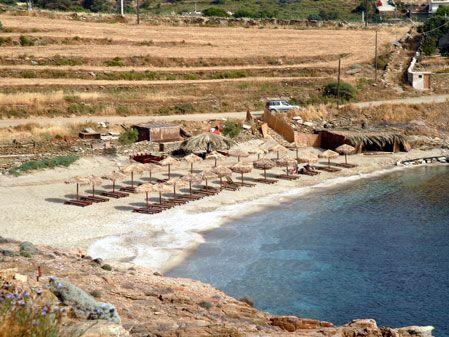 Παραλία Κουνδουράκι (Μπουρί). Μικρή & οργανωμένη παραλία. Ξαπλώστρες & θαλάσσια αθλήματα.
