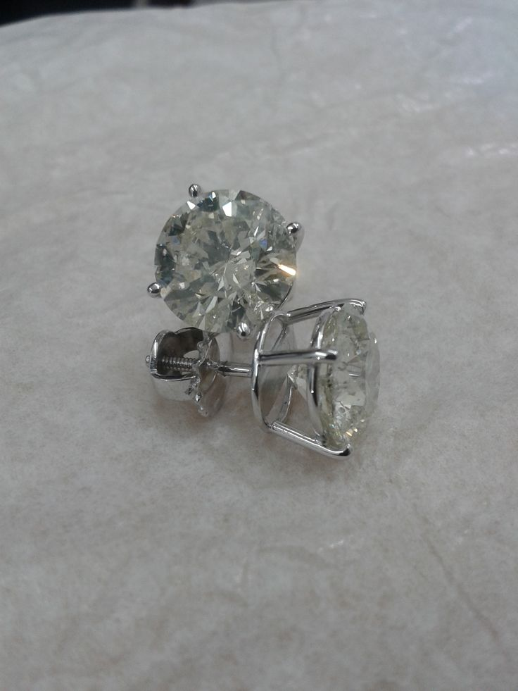 Aretes fabricados con oro blanco de 18 kilates, engastados con diamantes en uña.