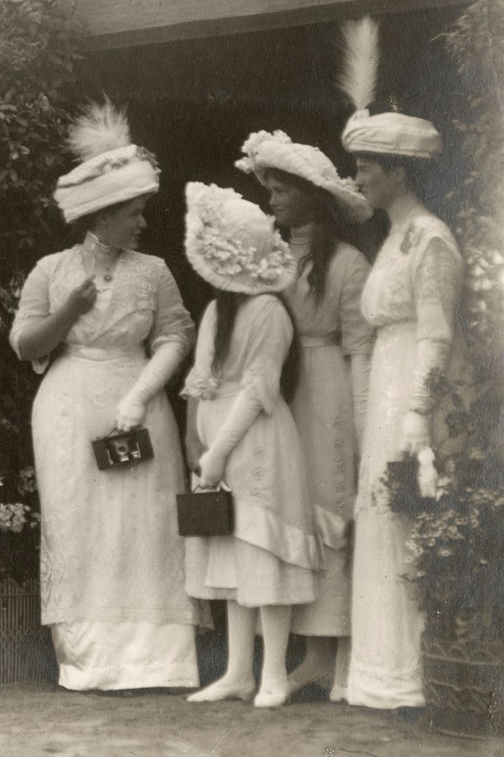 """Grand Duchesses Maria and Anastasia Nikolaevna Romanova of Russia with ladies of the court during an official ocassion. """"AL"""""""