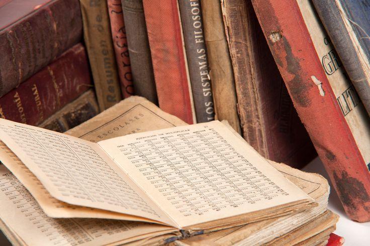 Libros variados desde 1920 a 1960. Libros de farmacia y de carrera de diferentes titulares de la farmacias y personas allegadas.