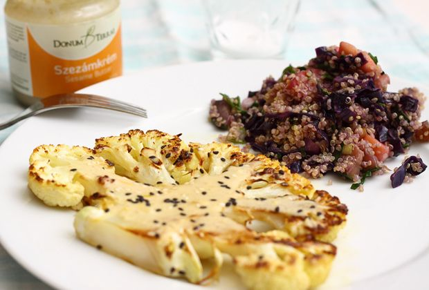 Karfiolsteak szezámos öntettel és narancsos-zöldséges quinoával