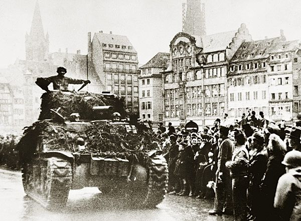 Défilé des chars du 12e régiment de Cuirassiers (prise d'armes, 26 nov. 1944, place Kléber)