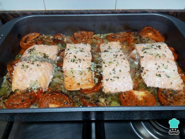 Salmón Al Horno Con Patatas Y Verduras Fácil Receta Salmon Recetas Horno Salmon Al Horno Verduras