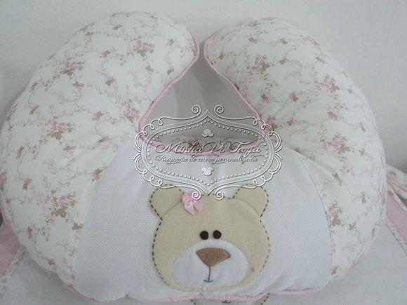 Almofada de amamentação com aplicação de ursinha.  Pode ser feita em outras cores, consulte mostruário. R$ 131,25