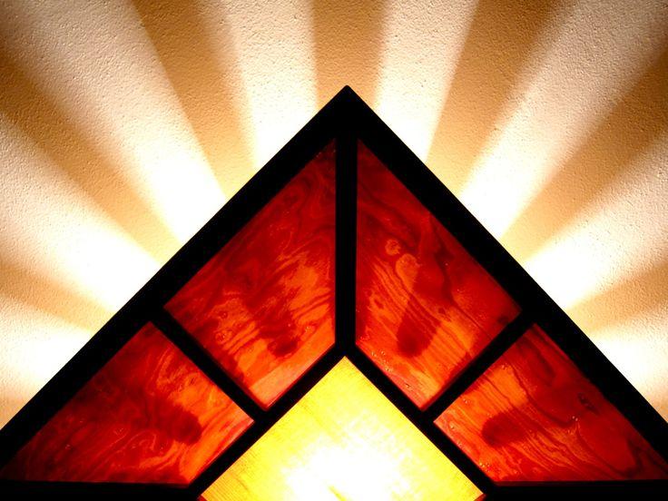 De inspiratiebron voor deze vierhoekige lamp is de 'craftsman' stijl. Door het gebruik van dikkere cilinders ontstaat er een speelse wisselwerking van licht en schaduw op het plafond.   Het contrasterende Jatoba frame met (twee verschillende soorten) esdoorn houtfineer geven de lamp een warme uitstraling en het licht een mooie, warme gloed.   €300