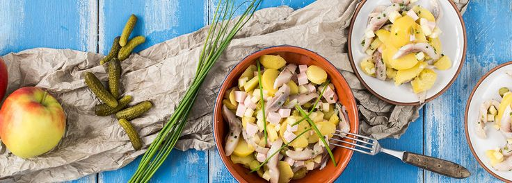Eine kulinarische Reise mit REWE! Jede Region hat Ihren eigenen Kartoffelsalat. Mit unserem Rezept zaubern Sie einfach und köstlich schlesischen Kartoffelsalat »»