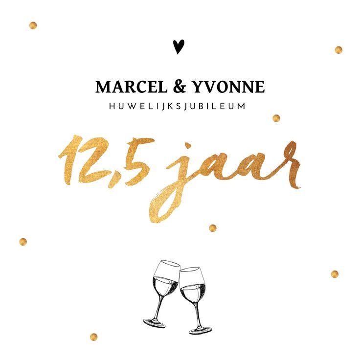 12,5 jaar getrouwd met gouden confetti en wijnglazen. Feestelijk chique!