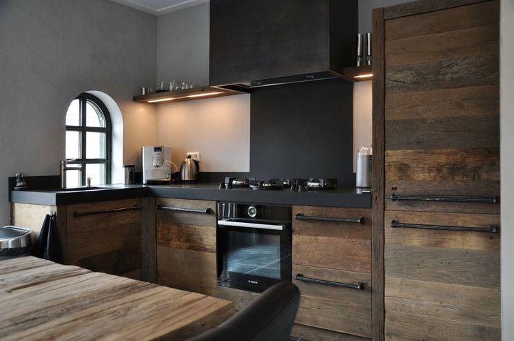 Oud eikenhout in combinatie met blauwstaal en een composiet keukenblad. RestyleXL