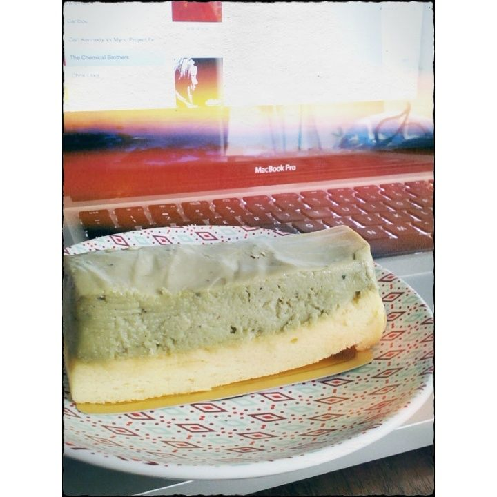 this is a matcha cheesecake from the  Hummingbird, Kuningan City Jakarta.  YUM! no seriously.. it is very YUMMY