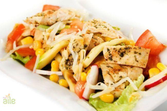 Mısırlı tavuk salatası tarifi... Izgara tavuk ile hazırlayabileceğiniz lezzetli ve sağlıklı bu salata sofranızı renklendirecek. http://www.hurriyetaile.com/yemek-tarifleri/salata-tarifleri/misirli-tavuk-salatasi-tarifi_2413.html