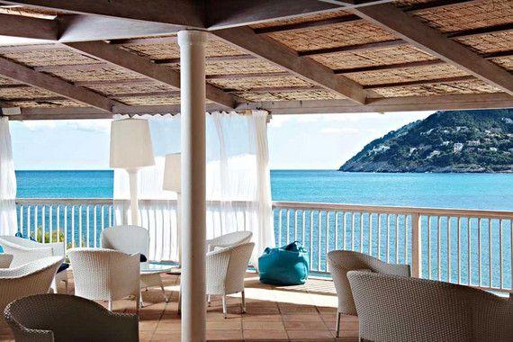 Geweckt vom Rauschen der Wellen, die Meeresbrise in der Nase, treten wir auf den Balkon. Die Sonne lacht und lässt das blaue Meer glitzern - was für ein herrlicher Anblick! Schöner kann ein Urlaubstag kaum beginnen. Das Cap Vermell Beach Hotel im Osten Mallorcas ist ein wahres Idyll, perfekt um einen erholsamen Strandurlaub zu genießen, fernab vom Stress und vom Alltag.